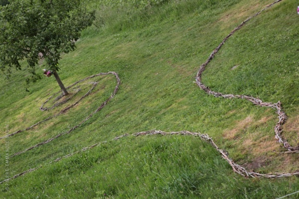 20140524-9b5a5018-phonies-bergeres-land-art-jouers-accous-artistes-compostelle-habitat_w960_h640.jpg